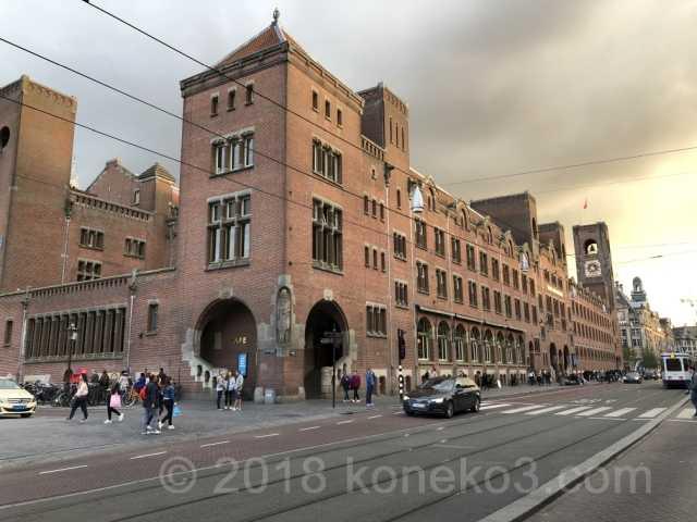 赤いレンガの旧証券取引所