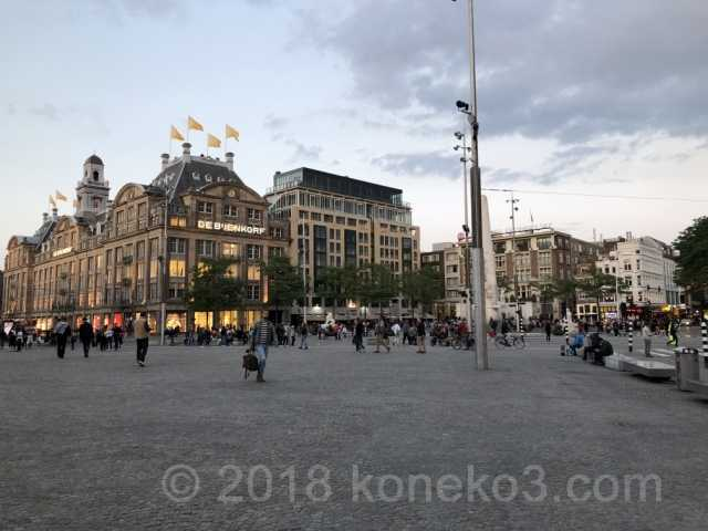観光客で賑わうダム広場