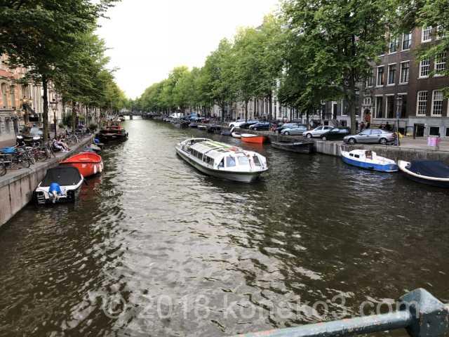 ボートが行き交う運河