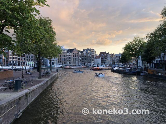 運河と建物