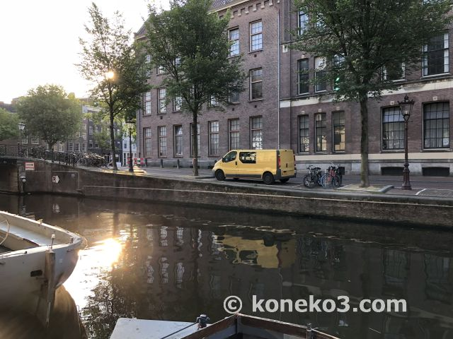 早朝の運河沿い