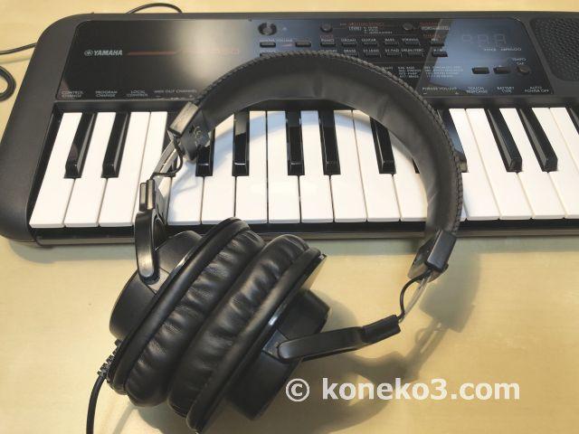 モニターヘッドホンとキーボード