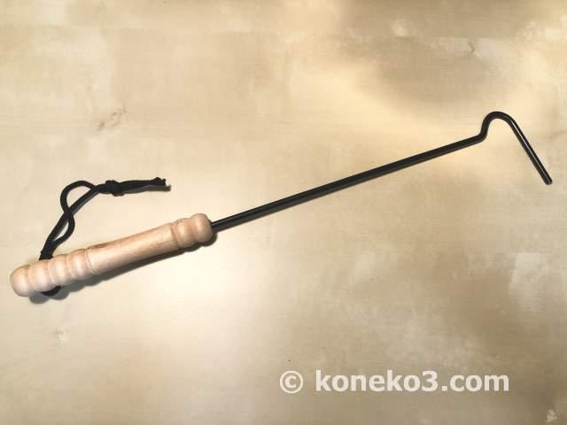 シンプルデザインの火かき棒